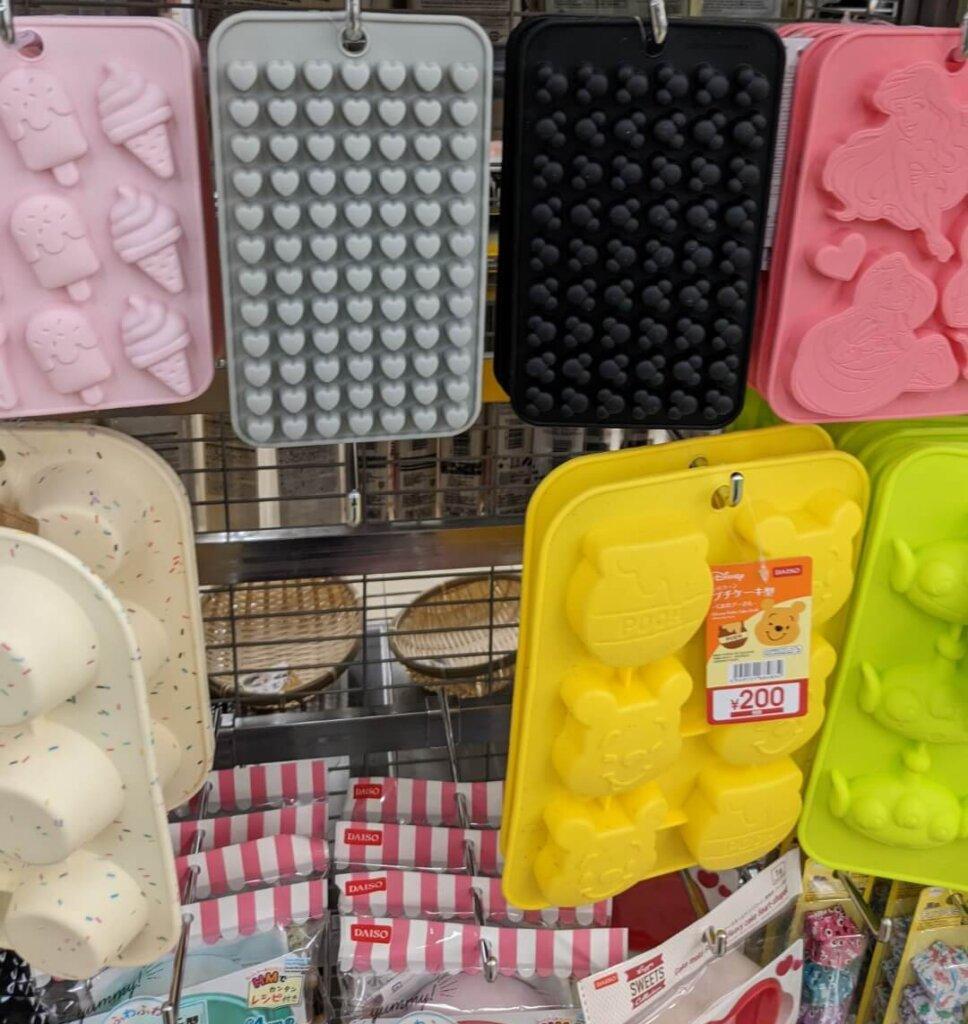ダイソー シリコーン プチケーキ型(くまのプーさん)※220円(税込)、アリエル、ミッキー、ハート、アイス
