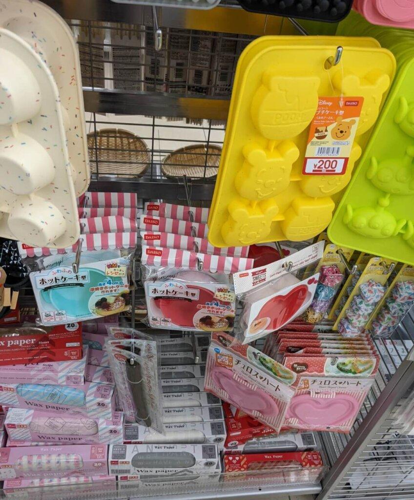 ダイソー シリコーンプチケーキ型(くまのプーさん)※220円(税込)、チョコアルミカップ、チュロス&ハート、ふわふわホットケーキ型、ワックスペーパー